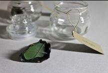 """Naufragios. Joyería contemporánea / Elementos recogidos en la orilla del mar, residuos abandonados a su suerte en la playa y absorbidos por la marea que, al tiempo, regresan  reconvertidos en interesantes """"gemas"""" y sugerentes formas con las que crear... Sea glass jewelry"""