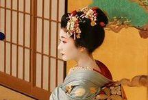 芸妓(げいぎ げいこ) / 芸者、芸子、舞妓、半玉 などと呼ばれる舞踊や音曲・鳴物で宴席に興を添え、客をもてなす女性のこと。 そう思われる画像。またはそれを模した格好の画像。