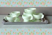 Côté cuisine / Vaisselle en arcopal, accessoires de la parfaite ménagère des années 50... Tout pour une cuisine totalement vintage !