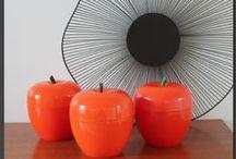 La décoration / Pommes à glaçons, miroirs en rotin, bouteilles en scoubidou... tous les objets incontournables des années 50 à 70 dans votre décoration.