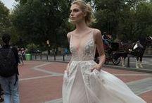 Inbal Dror chez Metal Flaque. / Robes de mariée Inbal Dror à Paris. Inbal Dror wedding dresses in Paris. Chez Metal Flaque.