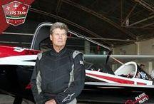 Doug Jardine / Piloto experimentado que suma más de 36 años volando, de los cuales 29 años los ha dedicado a la acrobacia.  Sus inicios fueron en planeadores en los años 70´s hasta el año de 1983, continuó en aviones de motor.  Su avión es un Sbach 342 es nuevo en la participación de eventos aéreos en Norte América.