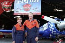 Tony Lee Wood / El se gradúo de una Licenciatura en Ciencias de la Psicología y uno más en Ciencias de la Computación en 1991, obtuvo su certificado de vuelo y valoraciones de FlightSafety en Vero Beach. Florida. Eu.  Cuenta con más de 2000 horas de vuelo acrobático y gran parte como instructor de acrobacia aérea en H & R Aviación en La Porte Texas.  Pilotea un avión Sukhoi 26 para exhibiciones acrobáticas volando tambien un avión Pitts S-2B y un Turboshark.