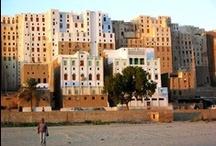 Yemen / Un viaggio indietro nel tempo per conoscere un popolo che vive secondo antiche tradizioni in una terra dove è possibile ammirare la grande varietà di architetture locali divise tra abitazioni a torre, edifici di pietra e fango e palazzi sfarzosi, perdersi tra i vivaci mercati di spezie, innamorarsi del suo deserto e rilassarsi sulle sue splendide spiagge.