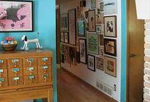 Decoración, técnicas,paredes... / El decorador planifica la distribución del espacio junto a sus clientes presentándoles un proyecto acorde a sus necesidades, preferencias, sus funciones  y destino , busca y selecciona los muebles, cuadros y objetos decorativos apropiados a los requerimientos del proyecto.  El decorador subcontrata la fabricación de tapicerías, cortinas, alfombras , piezas de carpintería, la construcción de tabiques etc.