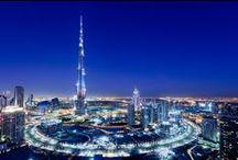 Sfavillante Dubai / Destinazione che offre ai viaggiatori in transito o che decidono di visitare questo fiore futuristico che sboccia in mezzo ad un deserto di grande fascino sfrontati gioielli architettonici, strutture alberghiere dotate di ogni comfort e tutto quello che desideriate dalle spezie e colori del souq ai prodotti più esclusivi nei grandi mall del lusso.