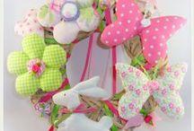 Διακοσμητικά στεφάνια. Wooden wreaths / Ξύλινα στεφάνια διακοσμημένα με υφασμάτινες δημιουργίες για διάφορες περιστάσεις. Πληροφορίες mail: tyxero.koympi@gmail.com