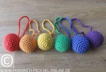 Spielgabe 1 - Froebel Gift 1 / Baby Ball bzw. 6 Baby Bälle in den Farben des Regenbogens mit Schnur, Durchmesser ca. 4-5 cm, gefüllt mit Bio-Baumwolle und umhäkelt, weich, passt genau in die Kinderhand, für Babys und Kleinkinder ab 3 Monate- gehört zum pädagogischen Spielmaterial, den sog. Spielgaben des Pädagogen Friedrich Fröbel