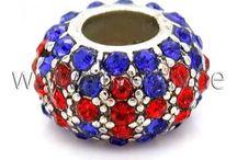 MODULPERLEN - SCHMUCKZUBEHÖR / Charms, Modulperlen, Großlochperlen oder Clip-Stopper aus Edelstahl, Glas, Metall oder auch mit Strasssteinen besetzt, sind heutzutage sehr aktuell und modern. Durch das große Loch können diese Perlen kinderleicht auf Bettelarmbänder, Lederbänder, Seidenbänder und auf Baumwollband gezogen werden. Selbst gebastelte Armbänder oder Halsketten mit zauberhaften Modulperlen sind wahre Hingucker, sehen wunderschön luxuriös und elegant aus.
