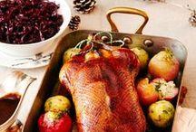 Weihnachtliche Rezepte / Seien wir mal ehrlich: Zur Weihnachtszeit freuen wir uns alle auf ein gutes Essen. Gans, Ente, Braten oder eine vegetarische Variante? Salat zur Vorspeise? Oder doch ein cremiges Süppchen? Und der Nachtisch. Ja der Nachtisch darf nicht fehlen! Hier findet Ihr Rezepte für weihnachtliche Gerichte. Wir wünschen viel Spaß beim Stöbern, Nachkochen, Insprieren lassen und natürlich eine schöne Weihnachtszeit!