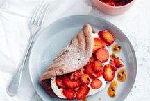 Verliebt in Erdbeeren / Wenn sie reif sind, bekommen wir nicht genug von ihnen: Erdbeeren! Die kleinen roten Früchtchen machen einfach glücklich und schmecken himmlisch gut. Wir zeigen euch, wie vielfältig die Lieblingsbeeren sind.