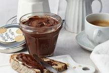 Süße Aufstriche / Wer morgens gerne Süßes isst, findet hier eine Vielzahl von fruchtig-süßen Marmeladen und Konfitüren bis zu schokoladig-cremigen Aufstrichen. Für einen guten Start in den Tag!