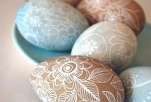 The Perfect Backyard Easter / It's tradition to host Easter in the backyard, so be sure to do it right! Enjoy these tips and tricks to hosting a hoppy Easter for your entire family