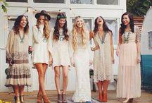 Boho Wedding Hochzeit / Boho Hochzeiten sind gerade schwer im Trend! Gefeiert wird individuell, locker, fast zigeunerhaft mit viel Spitze, etwas Hippiechic, Holzasseccoires, Federn und Dreamcatchern. Einfach schön! Holte euch hier Inspirationen und Ideen für euere Boho Hochzeit. Inspirations and ideas for your Boho Hippie Wedding.