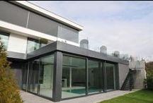 Rekonstrukce rodinného domu v Praze 2012 / Rekonstrukce rozestavěné hrubé stavby měla řešit komplikované dispozice a stísněné prostory. Kromě menších stavebních zákroků, jako změna tvaru centrálního schodiště, odbourání většiny nenosných příček, zvětšení okenních otvorů, došlo i na podstatné úpravy, kterými bylo bezesporu probourání nově vzniklé výtahové šachty, přístavba bazénového křídla a realizace podzemního technologického prostoru.