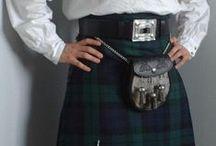 Le Kilt, habit traditionnel écossais / Le kilt est porté par les hommes des Highlands, les Hautes Terres d'Écosse, comme d'autres porteraient un pantalon. Il est un symbole des nations celtes. Il est généralement une jupe portefeuille plissée fait en pure laine aux motifs colorés d'un « tartan », qui signifie « tacheté ». Le kilt est, aujourd'hui, devenu une tenue pour les grandes occasions. Les traditions veulent que l'on ne porte rien sous son kilt !