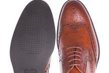 Lancerto Buty / Dokładamy wszelkich starań aby buty LANĈERTO były ponadczasowe, charakteryzowały się nowoczesną linią, smukłym kopytem i wysoką jakością materiałów. Oprócz klasycznych czarnych i brązowych butów ze skóry licowej dostępnych w ofercie całorocznej, przygotowaliśmy też modele w kolorze koniakowym, wiśniowym oraz wykonane z zamszu. Kolekcje sezonowe stanowi obuwie przeznaczona na jesień i zimę, a także typowo letnie modele.