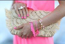 Accessoires / bijoux/ pochettes/ parures/ ornements/ petites merveilles pour accessoiriser les robes de ces dames