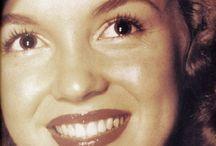 Norma Jean / Billeder af Norma Jean, før hun bliver lyshåret og får sit kunstnernavn Marilyn Monroe  (Enkelte særtilfælde kan dukke op, hvor hun er blevet lyshåret)