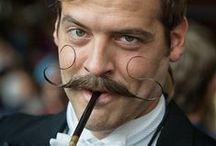 """Snorrenbord Suus / Elk jaar, in november, is Movember verantwoordelijk voor het wereldwijd verschijnen van miljoenen snorren. Met het laten staan van hun mustache ( """"Mo's"""") vragen mannen aandacht voor prostaat- en teelbalkanker."""