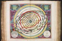 """Atlas céleste / """"Harmonia Macrocosmica"""" est un atlas céleste du mathématicien et cosmographe néerlando-allemand Andreas Cellarius (v.1596-1665), publié en 1661. Cet atlas présente des gravures des systèmes cosmologiques de Claude Ptolémée, Tycho Brahé et Nicolas Copernic. Il est conservé à la bibliothèque Jacques Lacarrière, à Auxerre.  > http://www.bm-auxerre.fr/"""