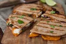 Mexican Meals Recipes / Mexican and hispanic recipes for dinner. Get inspired for Cinco De Mayo! Find nachos, enchiladas, healthy, splurge, gluten free, tacos and more!