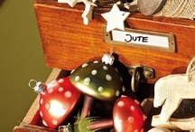 Fröhliche Waldweihnacht / Materialien und schöne Dekoideen aus der Natur sind das Hauptthema unseres Boards. Zusammen mit warmen Erdfarben und Rottönen lassen sich tolle Arrangements schaffen. Probiert es am besten gleich aus.