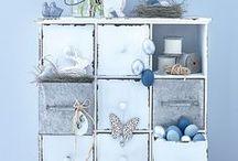 "Kollektion: BLUE COLOURS / Frischer kann die Oster-Saison nicht starten.  Die Oster-Kollektion ""BLUE COLOURS"" zeigt frühlingshafte Deko-Arrangements gepaart mit hübschen Osterhasen."