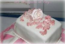 Momenti Speciali / Torta a tre piani in pasta di zucchero con farfalline e fiori realizzati a mano