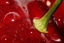 Rosso Ciliegia / La ciliegia è il frutto del ciliegio (Prunus avium). La pianta domesticata è stata ottenuta da ripetute ibridazioni della specie botanica.