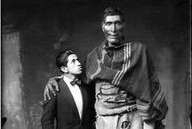 Fotografía - Martín Chambi Jiménez / Martín Chambi Jiménez (n. Puno, Perú 5 de noviembre de 1891- † m. 13 de septiembre de 1973) fue un fotógrafo indígena nacido en Coaza, Provincia de Carabaya, al norte del Lago Titicaca, en el Perú, pero encontró en el Cusco más de un motivo para grabar sus imágenes en el corazón de su cámara fotográfica. Es considerado una de las grandes figuras de la fotografía americana.
