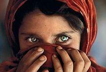 Fotografía - Steve McCurry / Steve McCurry (24 de febrero de 1950) es un foto periodista estadounidense, mundialmente conocido por ser el autor de la fotografía La niña afgana, aparecida en la revista National Geographic en 1985. Su carrera de fotógrafo comenzó con la Guerra de Afganistán (1978-1992).
