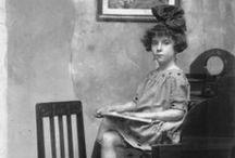 """Fotografía - Carme Gotarde i Camps / Carme Gotarde i Camps (Olot, Garrotxa, 1892 - 1953)[1] fou una fotògrafa catalana,[2] i també pintora, dibuixant i escultora. Gràcies a la fotògrafa Colita i la investigadora Mary Nash la seva obra va ser redescoberta, ja que l'any 2005 van incloure-la a l'exposició """"Fotògrafes pioneres a Catalunya"""", al Palau Robert de Barcelona, on també es presentava l'obra d'onze fotògrafes oblidades que van ser capdavanteres, com Anaïs Napoleón, Maria Serradell o Montserrat Sagarra...(viquipèdia)"""