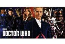 """Doctor Who / Die Serie handelt von einem mysteriösen Außerirdischen, der einfach nur """"Der Doktor"""" genannt wird. Mit seinem Raumschiff TARDIS (Time and Relative Dimension in Space) fliegt der Doktor durch Raum und Zeit. Der Doktor selbst ist ein außerirdischer und bereits über 900 Jahre alt. Dass man ihm das nicht ansieht, liegt vor allem daran, dass er in der Lage ist, sich zu regenerieren. Außerdem ist er in der Lage andere Gestalten anzunehmen. Insgesamt gibt es schon 12 Doktoren."""