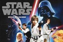 """Star Wars / Star Wars, das von George Lucas geschriebene Meisterwerk, ist die wohl berühmteste Heldensage der Filmgeschichte. Der Film """"Krieg der Sterne"""" entwickelte sich zu einem Phänomen der heutigen Popkultur. Fünf weitere Spielfilme folgten, sowie mehrere erweiterungen, Merchandise und andere Produkten. Wir haben einige dieser Artikel in unser Sortiment aufgenommen und bieten sie euch an. Vom Poster bis zum Quartett, bei uns findest du es."""