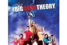 """The Big Bang Theory / Die Sitcom The Big Bang Theory handelt von den zwei hochintelligenten Pysikern Sheldon Copper und Leonard Hofstadter deren """"nerdige"""" Welt schon bald mit der einer klischeehaften Blondine zusammenprallt. In der Serie werden auf äußerst humorvolle Art und Weise Wissenschaft, Science-Fiction und Frauenprobleme miteinander gekreuzt. Die Eigenarten der Charaktere ist dabei so speziell, dass extrem lustige Situationen entstehen. Auch das Äußere ist bei den Nerds sehr speziell."""
