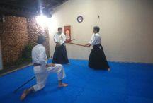"""Aikido """"o caminho da unificação (com) daenergia da vida"""",ou """"o caminho do espírito harmonioso"""". /  Aikido合気道,é umaarte marcial japonesadesenvolvida pelomestreMorihei Ueshiba(em 1883)."""