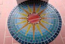 Mosaiktische / Kursteilnehmerwerke von hobby-mosaik Zauber dir eine bunte Welt! Bei www.hobby-mosaik.de findest du Mosaiksteine, Mosaikzubehör und viele Informationen rund ums Thema Mosaik! Oder Besuch uns doch einfach zu einem Workshop :-)