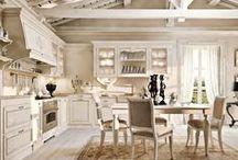 CAPRI. Обновление коллекции / В 2016 году коллекции кухонной мебели были обновлены и дополнены рядом важных декоративных и конструктивных элементов. Обновленный модельный ряд коллекции CAPRI в исполнении Arcari гармонично сочетает изящество линий с тяжелым и прочным массивом натурального дерева, с тонкими витиеватыми золочеными узорами, воздушными формами, рельефными карнизами, стеклянными вставками, инкрустацией и рамками из серебра и золота.
