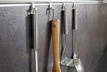 РЕЙЛИНГИ. Всё гениальное просто. / Хозяйке, которая готовит каждый день, требуется много места на кухне для хранения самой разнообразной утвари и посуды, а также удобное пространство для работы. Иногда возможно радикально изменить помещение, сделать его более удобным и стильным, не прибегая к перепланировке. Секрет прост – правильная организация пространства может сделать даже небольшую кухню просторной.