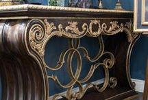 Столовая из коллекции TRIANON от MARGE CARSON / Столовая из коллекции TRIANON от MARGE CARSON на новом месте. Помимо столовой группы, состоящий из большого стола, восьми стульев и двух полукресел, в неё входят две большие витрины. На экспозиции интерьер дополнен консолью и зеркалами этой же марки. Вы можете приобрести или заказать как комплект целиком, так и отдельные предметы