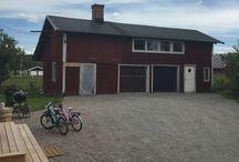 Gäst & Hobby huset / Fd, pannrum, garage, förråd, kontor och flisförråd som nu ska byggas om till drejarstuga, gästlägenhet/ateljé och snickarrum.