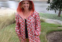 Regnfrakker / Raincoats / Lykke er...  at hoppe i vandpytter.