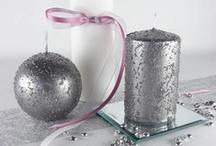 Bougies tout feu tout flamme / Impossible de fêter Noël sans bougies ! Qu'elles soient  rondes, cylindres ou que ce soit des photophores, toutes apportent une lumière magique pour les soirées de réveillon.