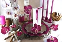 Table zen revisitée / Calme, luxe et volupté pour cette table. Le thème zen est traité ici de façon moderne avec le coloris fushia.  Le fushia réhausse et valorise le ton chocolat.