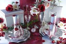Mariage bordeaux et gris / Elégant et sobre sont les maîtres-mots d'une décoration de table oscillant entre couleurs bordeaux et grises ! Pétales de roses et chandeliers finalisent le tout pour une ambiance chic & classe !