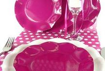 NOS ASSIETTES EN FORME DE FLEURS ET COUVERTS JETABLES / Nos assiettes de qualité irréprochable de forme fleur sont en carton plastifié, les couverts  assortis en plastique apporteront  de la couleur à vos tables.