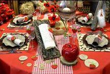 Ambiance de table Fraises & Coquelicots / Pour une déco de table fraiche et gourmande, mélangez des fleurs artificielles de coquelicots et des imprimés fraises.  http://www.decodefete.com/242-fraises-et-coquelicots-rouges Une déco de table à adopter pour un anniversaire par exemple