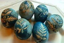How to naturally dye easter eggs / These naturally dyed easter eggs are colored with cabbage.  All you need is red cabbage, vinegar, pantyhose and leaves. It's so much easier than you might think!