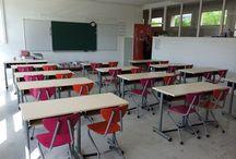 """Aménagement salles de classe / Rien de tel que des chaises colorés à mettre en appui sur table avec tables de cours """"Alpha"""" pour faciliter le quotidien du personnel"""